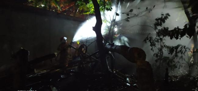 Bakar Sampah Tengah Malam, Rumah Warga Nyaris Terbakar